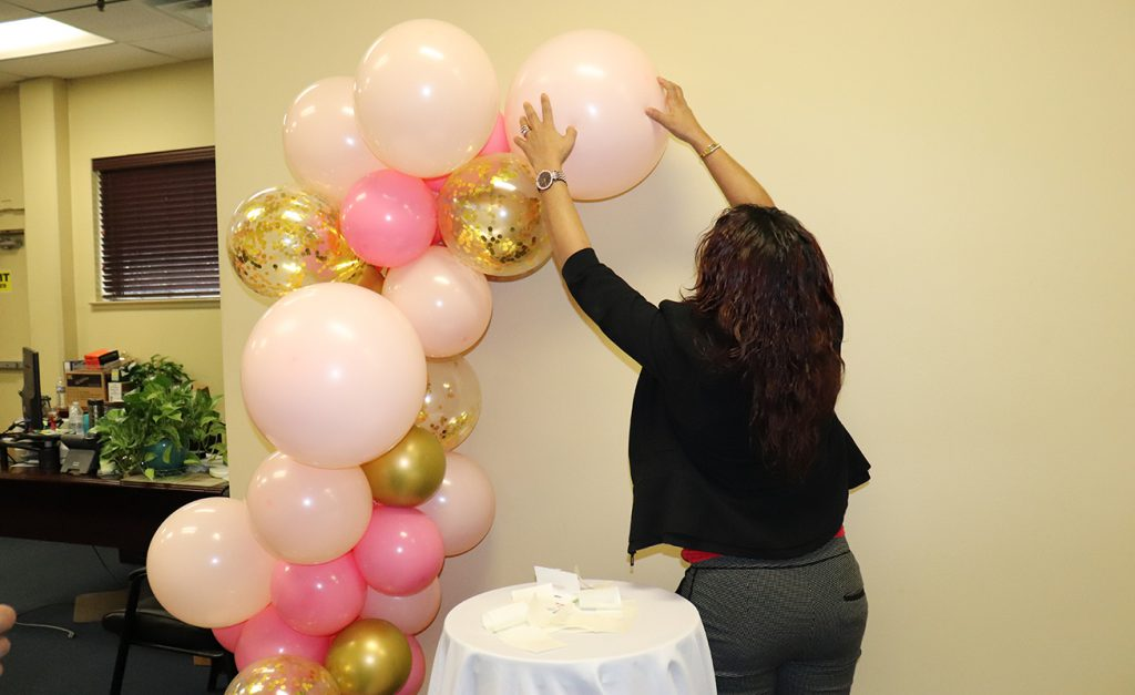 Attaching the base of the organic balloon arch to the wall with UGlu®